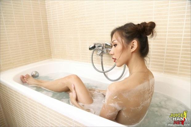 Japonesa Da Buceta Pequena Pelada No Banho