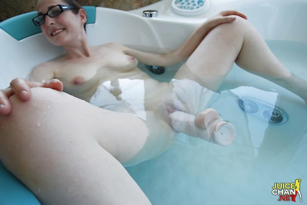 Casada Amadora Brincando Com Seu Vibrador Enorme Na Buceta