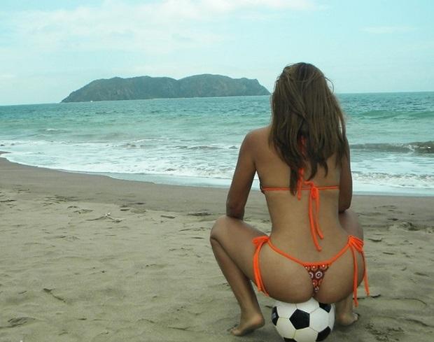 Magrinha Safada De Bikini Na Praia