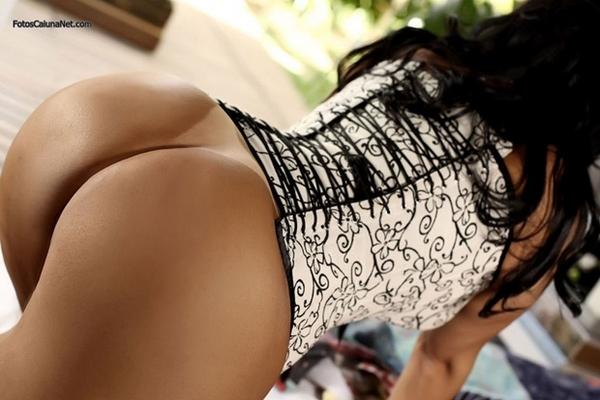 Morena Gostosa Exibindo Seu Corpão Com Marquinhas De Biquini