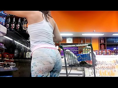 Gostosa adora exibir o seu rabo no supermercado