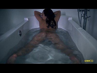 Morena tesuda brincando na banheira