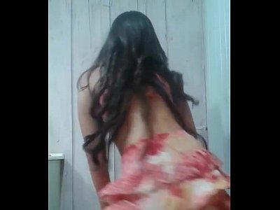Novinha gostosinha dancando de sainha