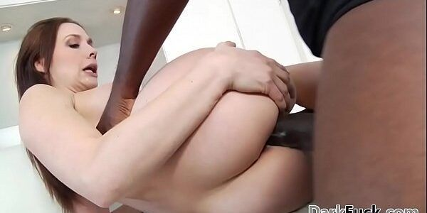 Negro pauzudo comendo a bunda branca da ruivinha
