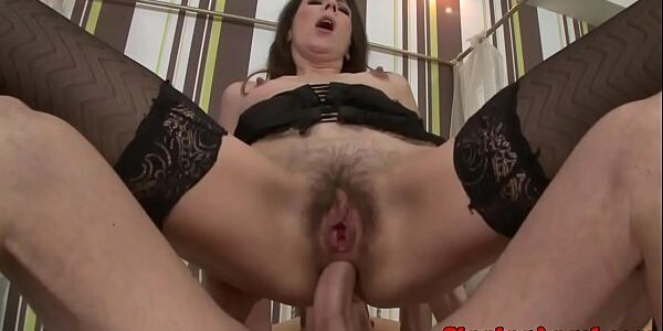 Mulher de buceta cabeluda no sexo anal
