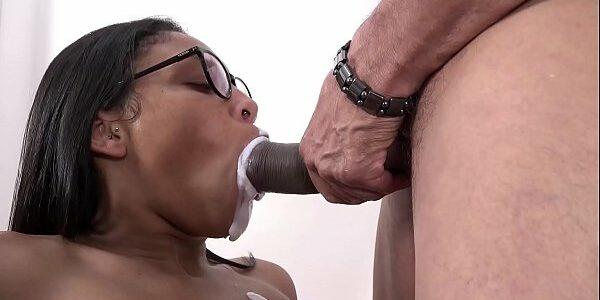 Brasileira pagando boquete e tomando gozada na boca