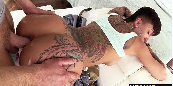 Sexo com rabuda tatuada sendo fodida no cu